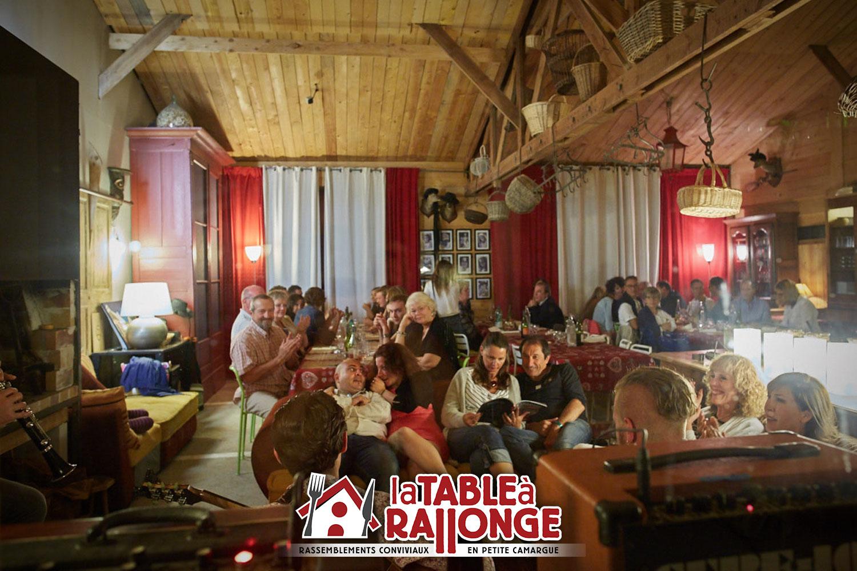 Espace salon aménagé d'une façon intime, en salon autour de la cheminée. 3 rangées de tables. Capacité de 30 à 50 personnes maxi.